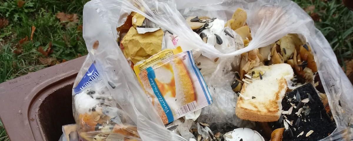 Kein Plastik in die Biotonne geben!